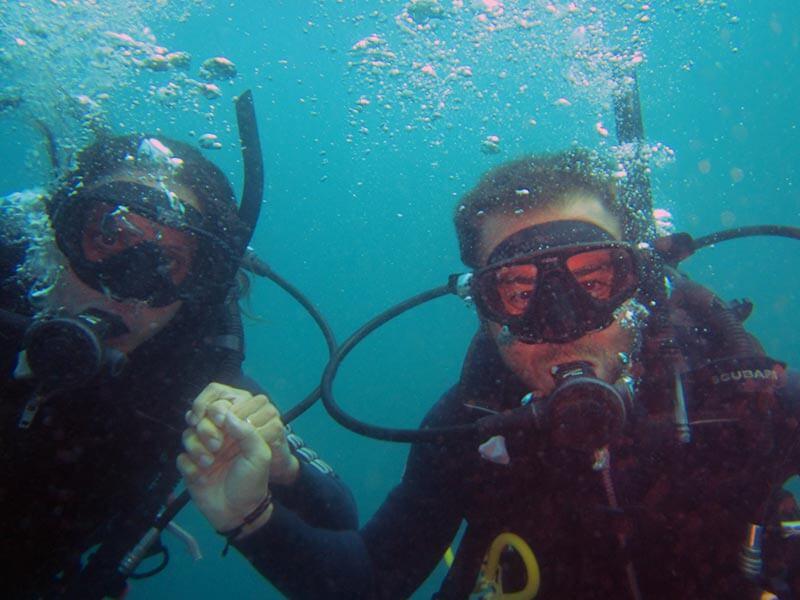 Ivan y Erika primera inmersión de buceo