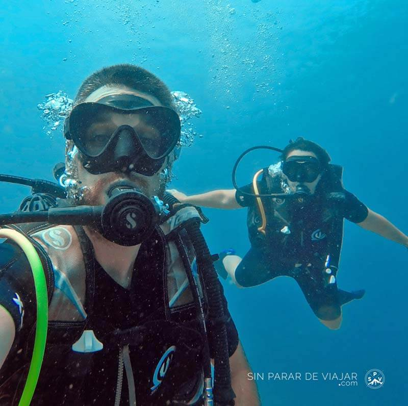 Primera inmersión de Silvia y Sergio Sin parar de Viajar