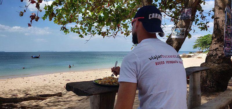 El buceo en Koh Lanta - Disfrutando de un Pad Thai en Beautiful Beach