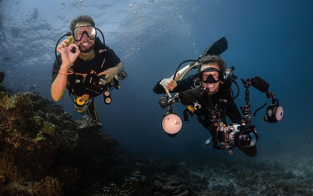 pareja de fotógrafos submarinos